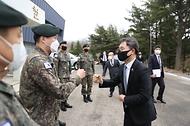 이남우 국가보훈처 차장이 25일  경북 안동백신센터 경계부터 안동 산불진화에 애써주신 50사단 일격여단을 방문하여 군장병들을 격려하며 인사를 나누고 있다.