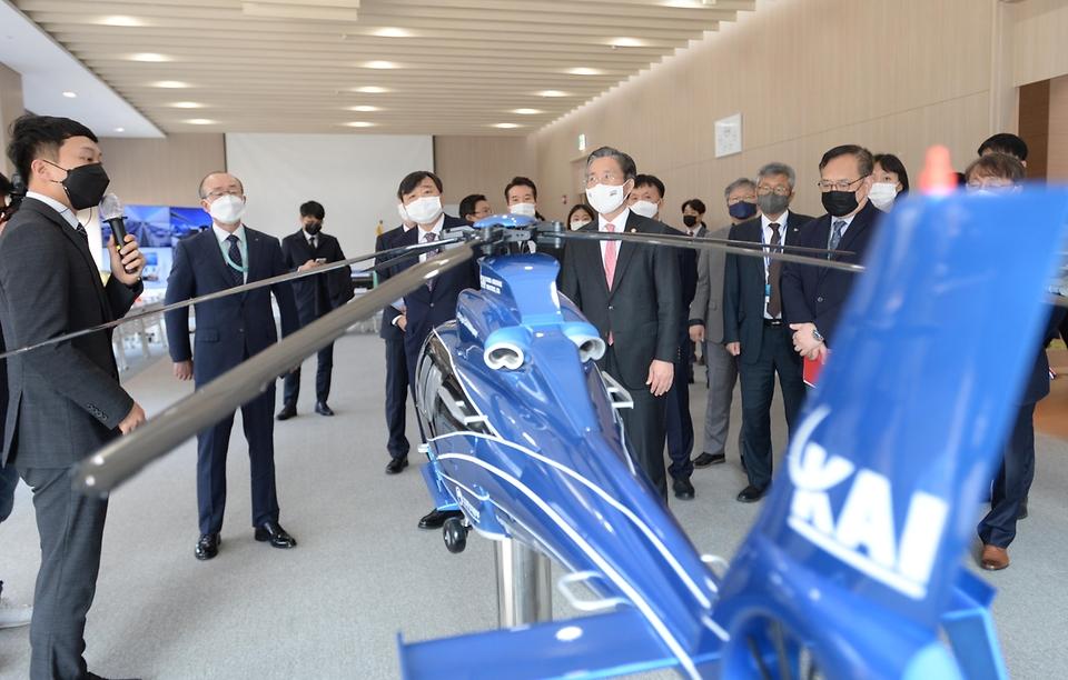 성윤모 산업통상자원부 장관이 5일 대전 유성구 LIG넥스원 하우스를 방문해 항공산업의 기술개발 성과물 전시장을 둘러보고 있다.