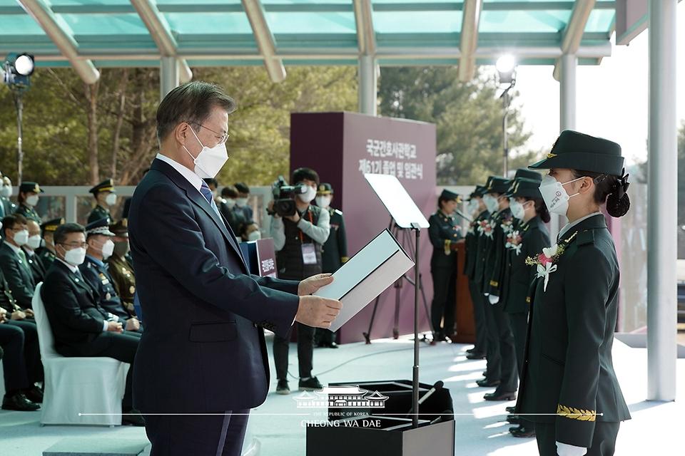 문재인 대통령이 5일 오후 대전광역시 국군간호사관학교에서 열린 제61기 졸업 및 임관식에서 졸업생도 김민주 소위에게 우등상을 수여하고 있다.