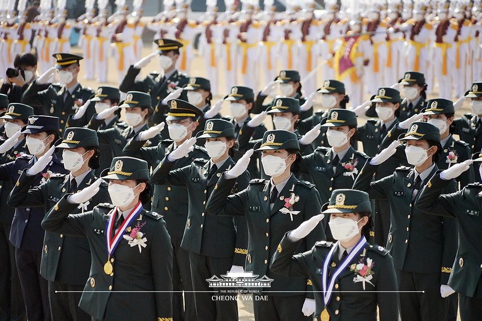 5일 대전광역시 국군간호사관학교에서 열린 제61기 졸업 및 임관식에서 졸업생도들이 문재인 대통령에게 경례를 하고 있다.