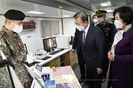 문재인 대통령과 김정숙 여사가 5일 대전광역시 국군간호사관학교에서 열린 제61기 졸업 및 임관식을 마친 후 군 의료장비를 관람하며 PCR 검사 램프를 살펴보고 있다.