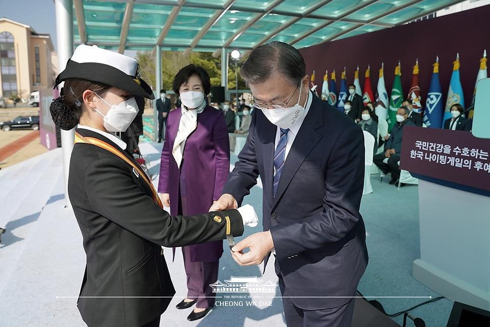 문재인 대통령이 5일 오후 대전광역시 국군간호사관학교에서 열린 제61기 졸업 및 임관식에서 졸업생도에게 계급장을 수여하고 있다.