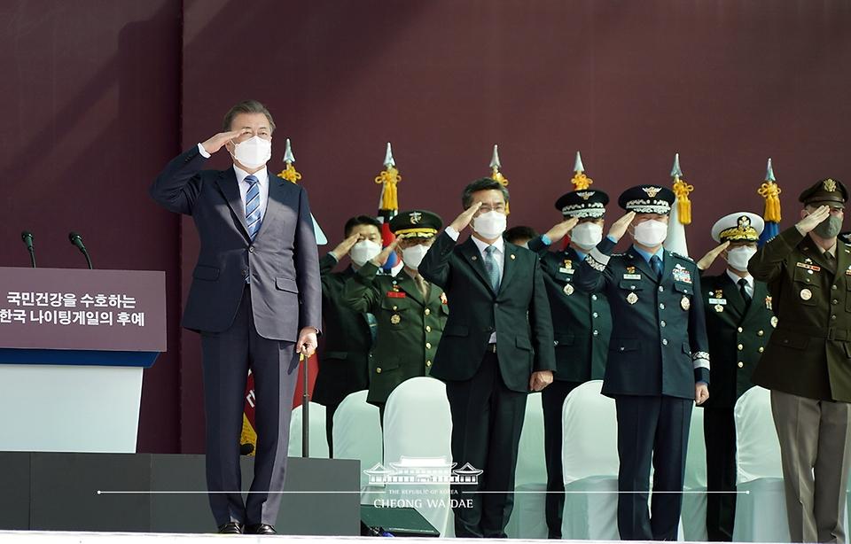 문재인 대통령이 5일 오후 대전광역시 국군간호사관학교에서 열린 제61기 졸업 및 임관식에서 졸업생도들의 경례를 받고 있다.