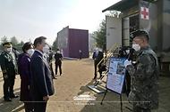 문재인 대통령과 김정숙 여사가 5일 대전광역시 국군간호사관학교에서 열린 제61기 졸업 및 임관식을 마치고 이동전개형의무시설을 둘러보고 있다.