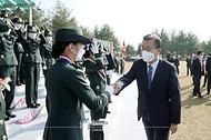 문재인 대통령이 5일 오후 대전광역시 국군간호사관학교에서 열린 제61기 졸업 및 임관식에서 졸업생도들과 주먹인사를 하고 있다.