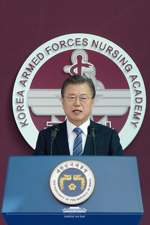 문재인 대통령이 5일 오후 대전광역시 국군간호사관학교에서 열린 제61기 졸업 및 임관식에 참석해 축사를 하고 있다.