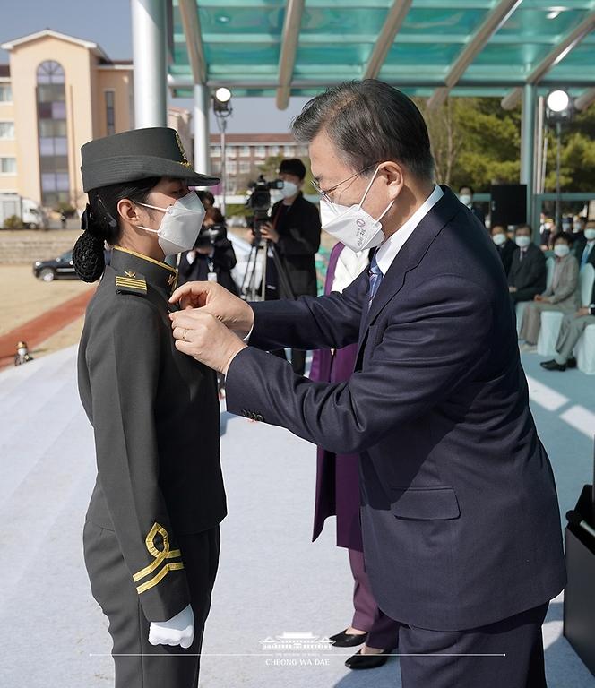 문재인 대통령이 5일 오후 대전광역시 국군간호사관학교에서 열린 제61기 졸업 및 임관식에서 태국 수탁생에게 명예 소위 계급장을 수여하고 있다.