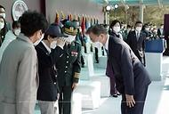 문재인 대통령이 5일 오후 대전광역시 국군간호사관학교에서 열린 제61기 졸업 및 임관식에서 6·25 참전 간호장교 박옥선 예비역 대위에게 인사하고 있다.