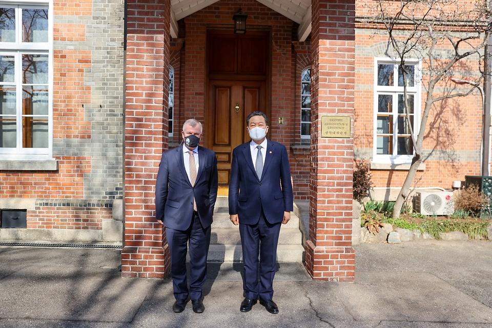 황기철 국가보훈처장이 5일 오후 서울 종로구 주한 영국 대사관을 방문하여 사이먼 스미스 주한영국대사를 만나 환담후 기념촬영을 하고 있다.