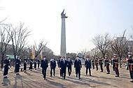 정세균 국무총리가 8일 오후 대전시청 남문광장에서 열린 제61주년 3.8민주의거 기념식에 참석하기 전 3.8민주의거기념탑에 방문하여 주요 내빈과 함께 헌화참배를 하고 있다.