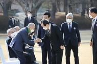 정세균 국무총리가 8일 오후 대전시청 남문광장에서 열린 제61주년 3.8민주의거 기념식에 참석하여 주요 내빈과 함께 인사를 나누고 있다.