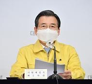 김용범 기획재정부 차관이 3월 31일 서울 광화문 정부서울청사에서 열린 '제32차 비상경제 중대본 회의 겸 제10차 한국판 뉴딜 관계장관회의' 정례브리핑에서 주요내용을 발표하고 있다.