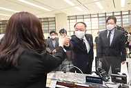 홍남기 경제부총리 겸 기획재정부 장관이 1일 서울 여의도 산업은행 뉴딜펀드 판매 창구를 방문, 펀드 판매 직원과 주먹인사를 하고 있다.