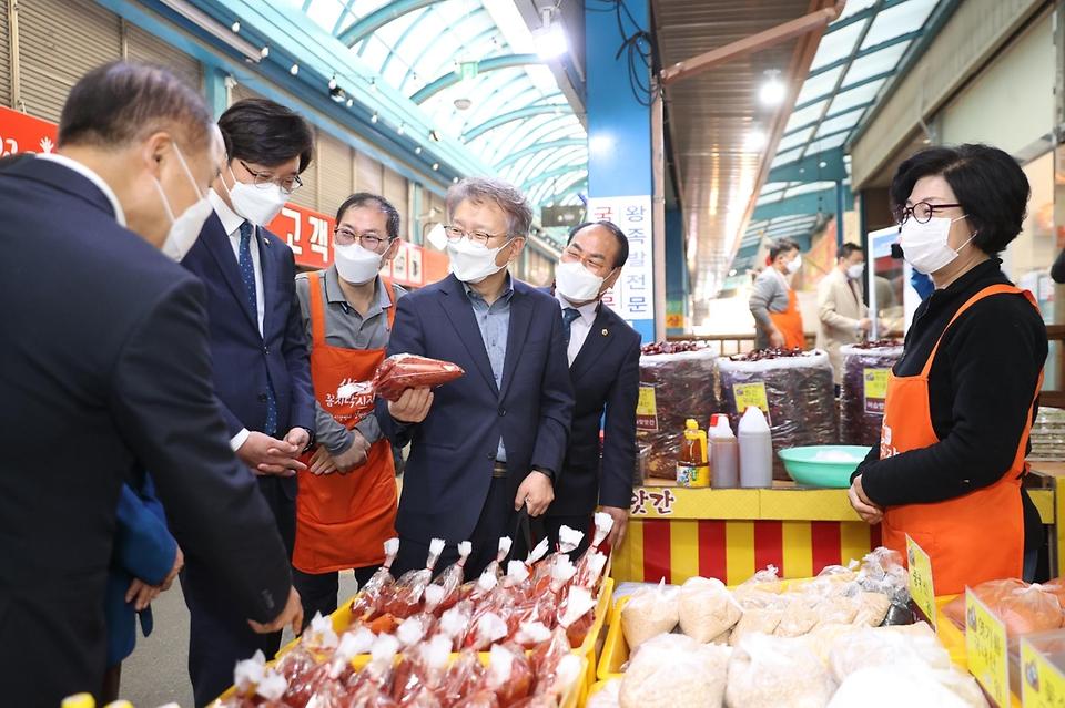 권칠승 중소벤처기업부 장관이 8일 대전 신도꼼지락시장을 방문해 전통시장 제품을 살펴보고 있다.
