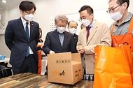 권칠승 중소벤처기업부 장관이 8일 대전 신도꼼지락시장을 방문해 시장 물품 배송 서비스를 살펴보고 있다.