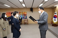 황기철 국가보훈처장이 9일 오전 정부세종청사 9동 국가보훈처에서 열린 제2기 정부혁신 어벤져스 발대식에 참석하여 선발된 단원 16명에게 위촉장을 수여하고 있다.