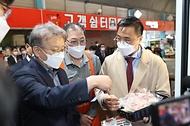 권칠승 중소벤처기업부 장관이 8일 대전 신도꼼지락시장을 방문해 밀키트 제품을 살펴보고 있다.