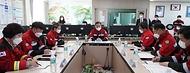 최병암 산림청장이 9일 오전 강릉시 강원도동해안산불방지센터를 방문, 코로나19  예방 및 대형산불 대응 태세를 점검하고 있다.