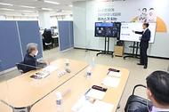 권칠승 중소벤처기업부 장관이 8일 소상공인시장진흥공단 본부에서 버팀목자금 플러스 집행현황을 설명듣고 있다.