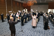 이남우 국가보훈처 차장이 11일 오후 2시 백범김구기념관에서 열린 대한민국임시정부선열 추념식에 참석하여 주요 내빈과 함께 만세삼창을 외치고 있다.