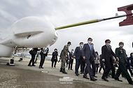 문재인 대통령이 9일 경남 사천시 한국항공우주산업(KAI) 고정익동에서 한국형 전투기 보라매(KF-21) 시제기 출고식을 마친 후 우리 군이 보유한 주요 무인체계 운용 장비를 시찰하고 있다.