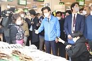 문성혁 해양수산부장관이 12일 서울 동작구 노량진수산물도매시장을 찾아 원산지 관리 실태 점검에 나서고 있다.