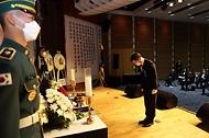 이남우 국가보훈처 차장이 11일 오후 2시 백범김구기념관에서 열린 대한민국임시정부 선열 추념식에 참석하여 헌화 및 분향을 하고 있다.