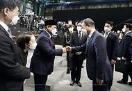 문재인 대통령이 9일 경남 사천시 한국항공우주산업(KAI) 고정익동에서 한국형 전투기(KF-X) 시제기 출고식에 참석해 프라보워 수비안토 인도네시아 국방부 장관과 인사하고 있다.