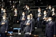 문재인 대통령이 9일 경남 사천시 한국항공우주산업(KAI) 고정익동에서 열린 한국형 전투기(KF-X) 시제기 출고식에서 국민의례를 하고 있다. 왼쪽은 서욱 국방부 장관. 오른쪽은 프라보워 수비안토 인도네시아 국방부 장관.