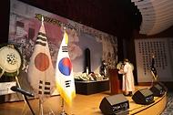 김원웅 광복회장이 11일 오후 2시 백범김구기념관에서 열린 대한민국임시정부 선열 추념식에서 제문 봉독을 하고 있다.