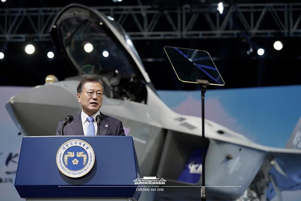 문재인 대통령이 9일 경남 사천시 한국항공우주산업(KAI) 고정익동에서 열린 한국형 전투기 보라매(KF-21) 시제기 출고식에서 기념연설을 하고 있다.