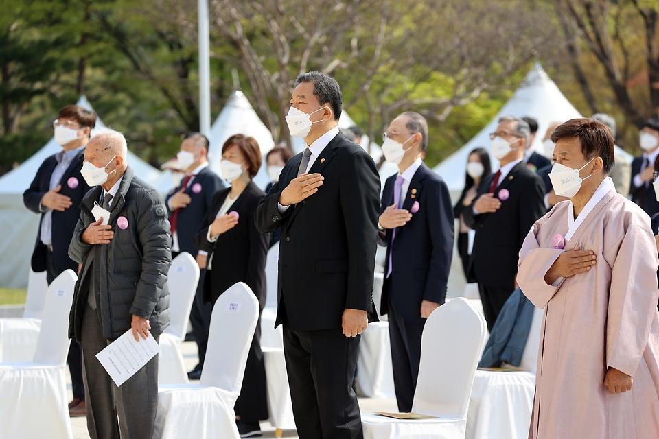 황기철 국가보훈처장이 11일 서울시 백범김구기념관에서 열린 제102주년 대한민국임시정부수립 기념식에 참석하여 주요 내빈들과 함께 국민의례를 하고 있다.