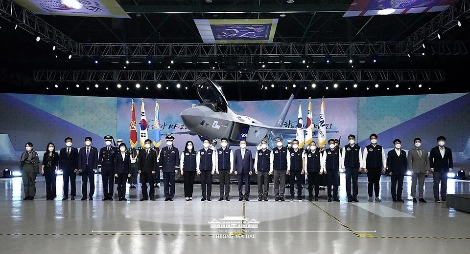 문재인 대통령이 9일 경남 사천시 한국항공우주산업(KAI) 고정익동에서 열린 한국형 전투기 보라매(KF-21) 시제기 출고식을 마친 후 개발자 등 참석자들과 기념촬영을 하고 있다.