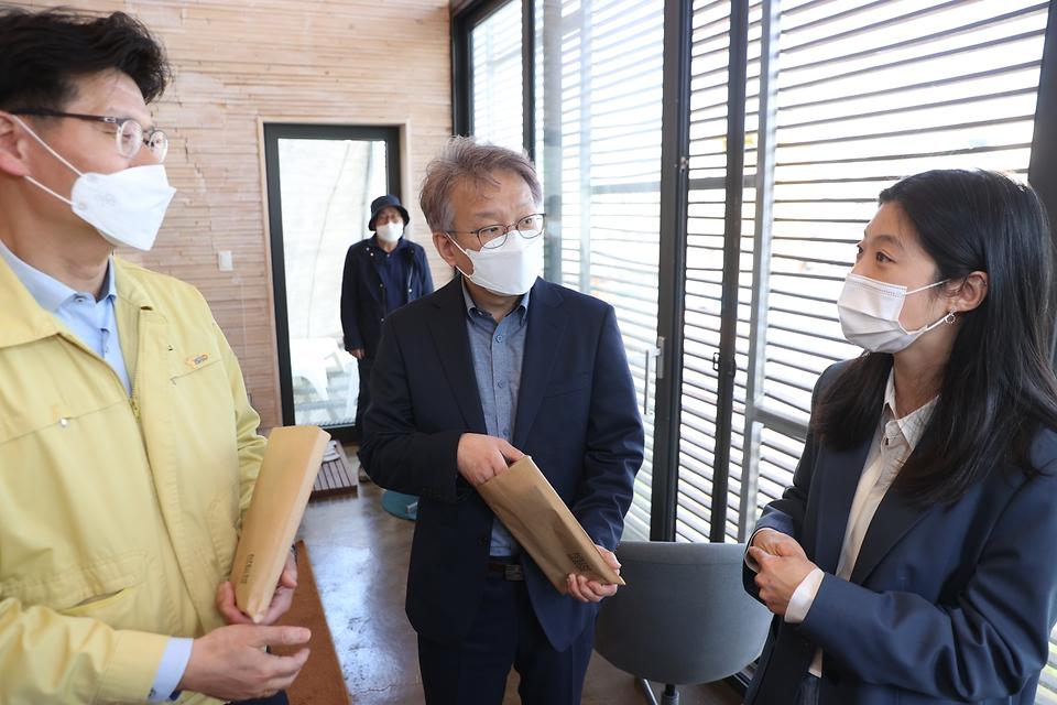 권칠승 중소벤처기업부 장관(가운데)이 9일 지역가치 창업가(로컬크리에이터)인 충남 공주 소재 ㈜마을호텔을 방문해 박우린 대표와 대화하고 있다.