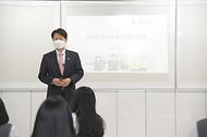 김강립 처장이 8일 충북 청주시 주성고등학교에서 '건강한 청소년, 슬기로운 식생활'을 주제로 일일교사 수업을 하고 있다.
