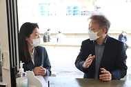 권칠승 중소벤처기업부 장관이 9일 지역가치 창업가(로컬크리에이터)인 충남 공주 소재 ㈜마을호텔을 방문해 박우린 대표와 대화하고 있다.