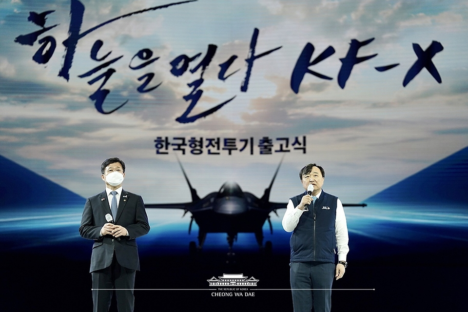 안현호 한국항공우주산업(KAI) 대표이사(오른쪽)가 9일 경남 사천시 한국항공우주산업 고정익동에서 열린 한국형 전투기 보라매(KF-21) 시제기 출고식에서 인사말을 하고 있다. 왼쪽은 강은호 방위사업청장.