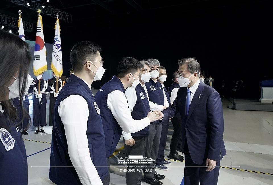 문재인 대통령이 9일 경남 사천시 한국항공우주산업(KAI) 고정익동에서 열린 한국형 전투기 보라매(KF-21) 시제기 출고식을 마친 후 개발관계자들을 격려하고 있다.