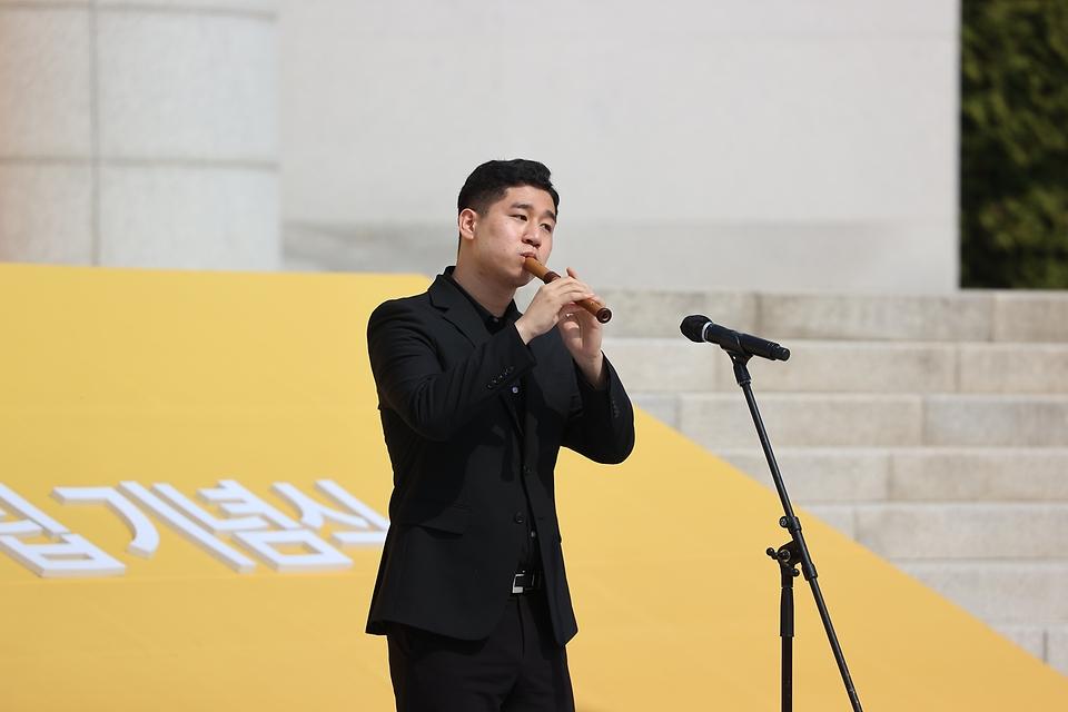11일 서울시 백범김구기념관에서 열린 제102주년 대한민국임시정부수립 기념식에서 기념공연을 하고 있다.