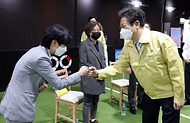 황희 문화체육관광부 장관이 15일 서울 성동구 실내축구장 '풋볼웨이 아카데미'에서 실내체육시설업계 대표들과 간담회를 갖고 인사를 나누고 있다.