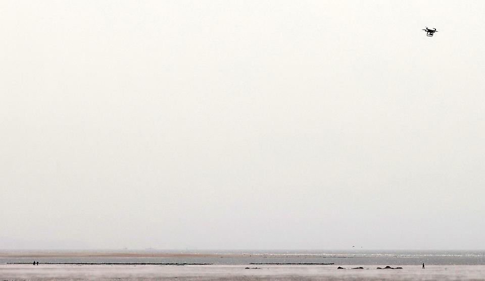 인천 영종도 하나개해수욕장에서 인천해양경찰서와 해양구조협회가 갯벌 고립 익수 사고 방지를 위해 드론을 활용해 물 때(저조) 시간 때 갯벌에 멀리 나가있는 관광객들에게 안내방송 및 갯벌의 전반적인 안전 상황을 점검할 수 있는 국민드론수색대 시범운영을 하고 있다.
