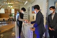 조경식 과학기술정보통신부 제2차관이 15일 정보통신기술(ICT) 규제 샌드박스 지정기업인 코액터스를 방문하고 있다.