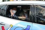 조경식 과학기술정보통신부 제2차관이 15일 정보통신기술(ICT) 규제 샌드박스 지정기업인 코액터스를 방문해 청각 장애인이 운영하는 고요한  택시 시승을 하고 있다.