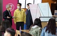 황희 문화체육관광부 장관이 17일 서울 용산구 국립중앙박물관을 방문해 관람객들이 안전하게 전시를 관람할 수 있도록 방역 현장을 점검하고 있다.