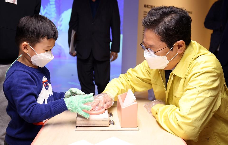 황희 문화체육관광부 장관이 17일 서울 용산구 국립중앙박물관을 방문해 어린이 박물관에서 체험 중인 어린이와 이야기를 나누고 있다.