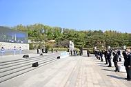 홍남기 국무총리 직무대행이 19일 오전 서울 강북구 국립 4·19민주묘지에서 열린 제61주년 4·19혁명 기념식에 참석하여 참석자들과 함께 4·19의 노래를 함께 제창하고 있다.