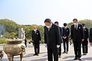 홍남기 국무총리 직무대행이 19일 오전 서울 강북구 국립 4·19민주묘지에서 열린 제61주년 4·19혁명 기념식에 참석하여 헌화 및 참배를 하고 있다.