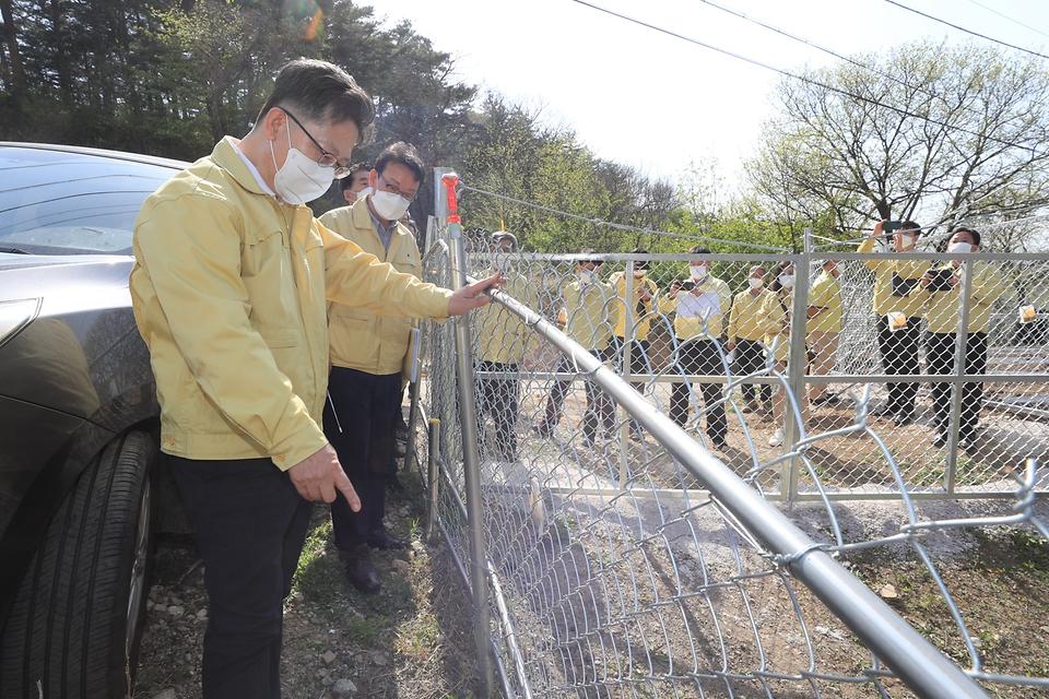 김현수 농림축산식품부 장관이 19일 강원 양양군 양돈밀집단지 주변 아프리카돼지열병(ASF) 예방을 위한 야생 멧돼지 차단 울타리를 점검하고 있다.