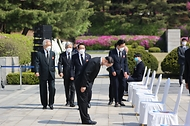 19일 오전 서울 국립4·19민주묘지에서 열린 제61주년 4·19혁명 기념식에 홍남기 국무총리 직무대행과 주요내빈이 입장하고 있다.