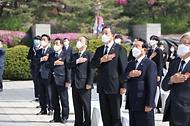 홍남기 국무총리 직무대행이 19일 오전 서울 강북구 국립 4·19민주묘지에서 열린 제61주년 4·19혁명 기념식에 참석하여 정부, 정치권 등 주요 인사들과 같이 국민의례를 하고 있다.
